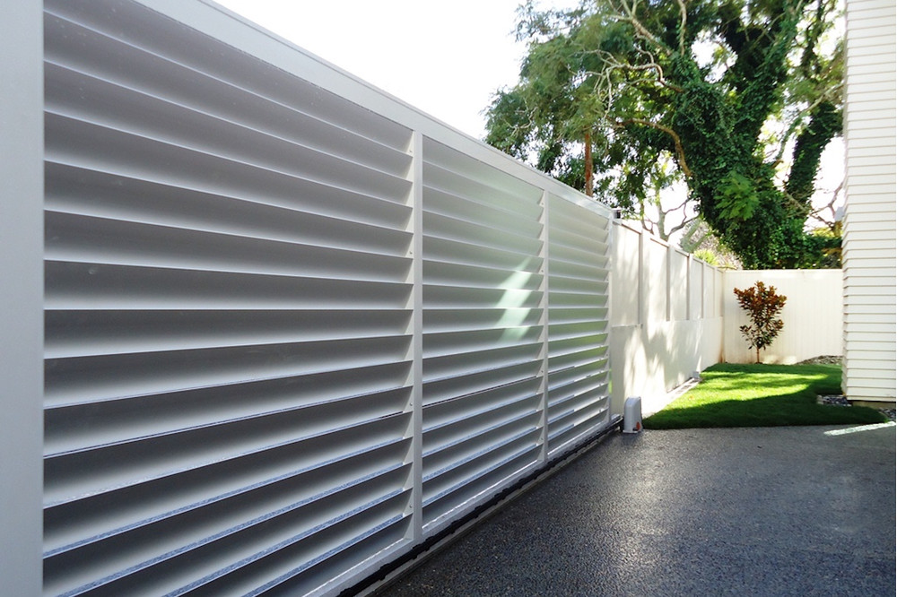 Белый забор жалюзи