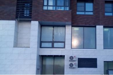 Наружные жалюзийные решетки на фасаде жилого дома